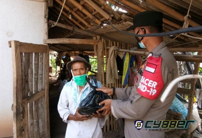 Pahami Warga Kesulitan dalam Masa PPKM Darurat, Polisi Bagikan Sembako