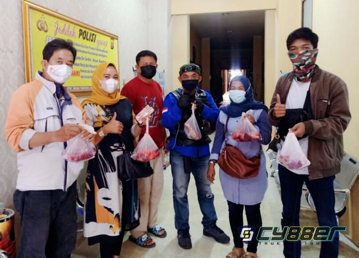 Polda Banten Berbagi Daging Kurban Kepada Wartawan dan Warga Sekitar