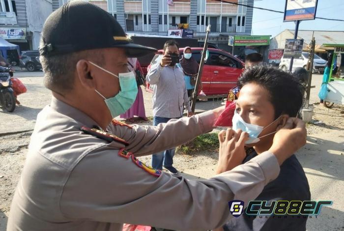 Polsek Tenayan Raya Berbagi 300 Masker Kepada Masyarakat di Pasar Tangor
