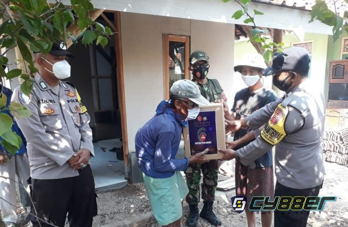 Secara Door To Door Polisi dan TNI Salurkan Paket Sembako Pada Warga Terdampak PPKM Darurat
