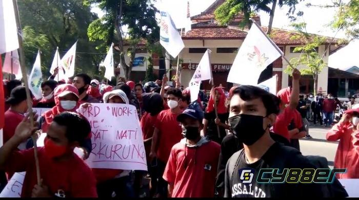 Aktivis NGO Demo di Kantor Bupati Pamekasan