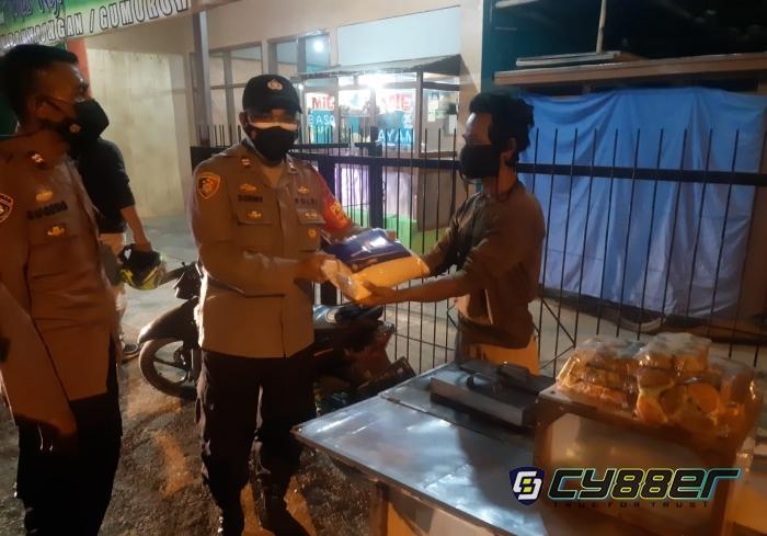 TNI-Polri Bersinergi Lakukan Patroli PPKM Darurat Level 4 dan Bagikan Paket Beras
