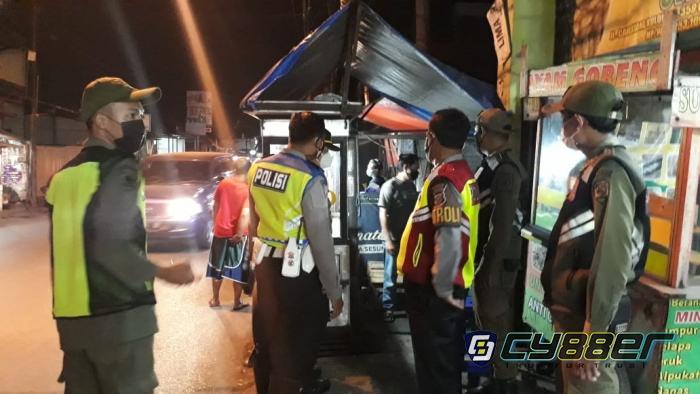 PPKM Level 4, Petugas Gabungan Himbau Prokes Kepada Pedagang dan Masyarakat