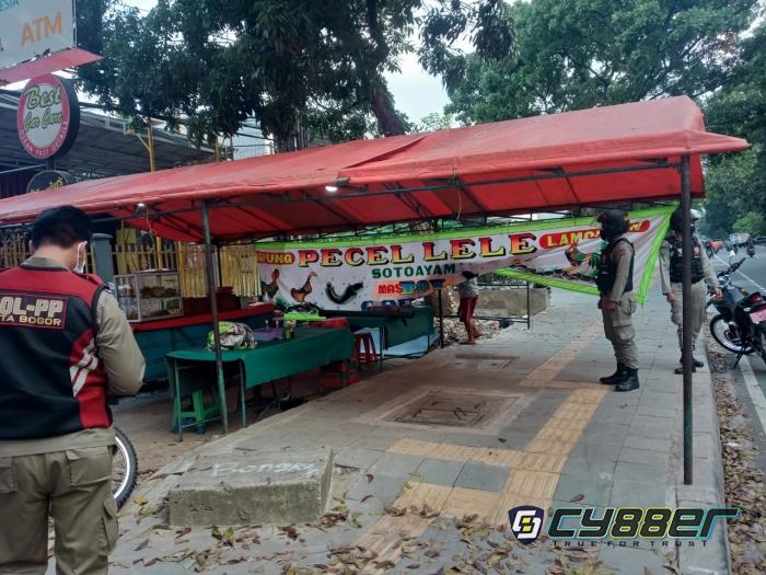 Tiga Kali Peringatan Tak Digubris, Satpol PP Kota Bogor Tertibkan PKL di Trotoar