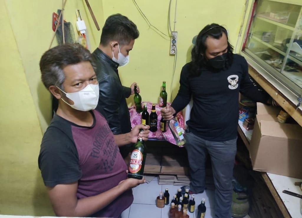 Razia Miras Ilegal, Polisi Amankan Puluhan Botol Pabrikan Berbagai Merek