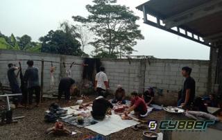 Rumah Belajar TAZAKKA Bagikan Daging Qurban Secara Dor To Dor