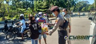 Bersama Polres Pamekasan, Mabes NGO Bagi-Bagi Sembako pada PKL