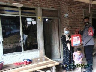 Polsek Cinangka Bagikan Sembako ke Rumah Warga Kurang Mampu