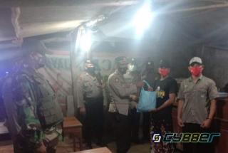 Polisi Bersama Muspika, Patroli Skala Besar Malam Hari dan Bagi-Bagi Sembako
