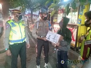 Ditengah PPKM Darurat Level 4, Polisi di Sukabumi Terus Berupaya Ringankan Beban Warga dengan Salurkan Bansos