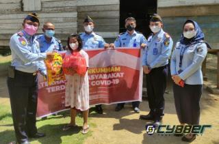 Pemberian Bansos Oleh Petugas Rutan dan Rupbasan Rengat