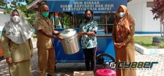 Puluhan Unit Bantuan Gerobak Diserahkan Kepada Pelaku UMKM di Raja Ampat