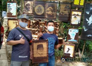 Pengrajin Bambu Ukir Situ Cangkuang Berikan Cindera Mata Lukisan Wajah Sandiaga Uno