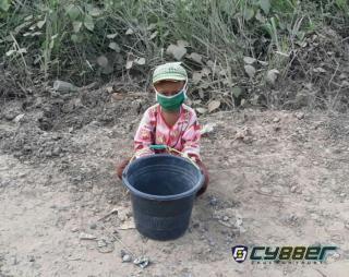 Demi Recehan Rupiah, Bocah Kecil ini Rela Hidup di Pinggir Jalan Berharap Belas Kasih