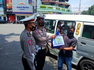 Polisi Bagikan Bansos Sembako Kepada Supir dan Pak Ogah