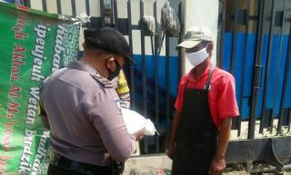 Polisi Bagikan Bansos Pada Warga Desa Klayan