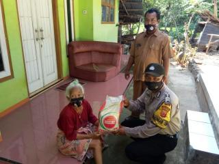 Polresta Cirebon Bagikan Paket Sembako ke Warga Desa Bobos dan Desa Mandala