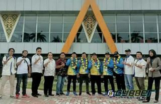 Pengurus Persambi Kota Sambut dan Kalungkan Karangan Bunga Kepada Pahlawan Olahraga Prov Riau