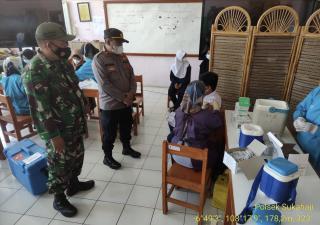 Polri Pantau Pelaksanaan Vaksinasi Covid 19 Tahap I di SMPN 1 Sukahaji