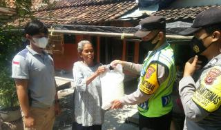 Polisi Bagikan BansosPaket SembakoKepadaWarga Kurang Mampu