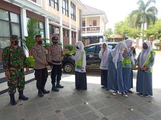 Polisi Beri HimbauanProkes Dan Bagikan Masker Gratis Pada Siswa