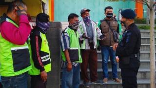 Patroli Sat Brimob Polda Jabar Sampaikan Prokes dan Bagi - Bagi Masker Kepada Para Ojek Pangkalan