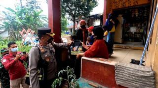 Kurangi Beban Masyarakat Nyalindung Dimasa PPKM, Polisi Berikan Bansos