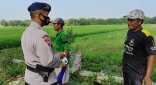 Peduli Kesehatan, Sat Brimob Polda Jabar Bagikan Masker ke Warga Gempol