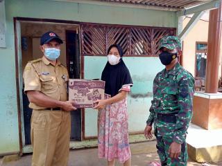 Kepala Desa Bingkeng Salurkan Bantuan untuk Warga yang Isolasi Mandiri