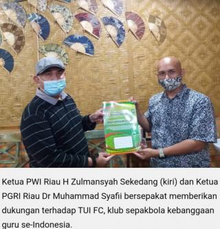 Ketua PWI Riau Tanda Tangan MOU Untuk TUI FC Binaan PGRI