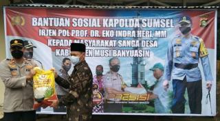 Bansos Lima Ton Beras di 14 Desa oleh Kapolda Sumatera Selatan