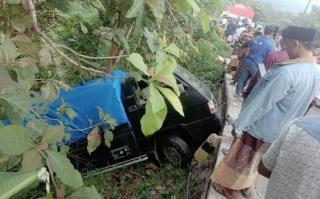 Hindari Tabrakan, Mobil Pick Up Terjun ke Jurang