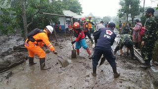 Tim SAR Sat Brimob Polda Jabar Terjun Langsung Membantu Warga Membersihkan Puing-Puing Pasca Banjir Bandang Gunung Mas Kab. Bogor